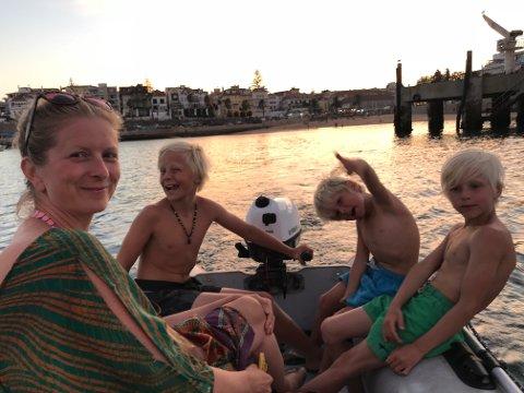 Silje Jansen Nybø, Sverre, Trygve og Åsmund brukar gummibåten til å utforske Cascais