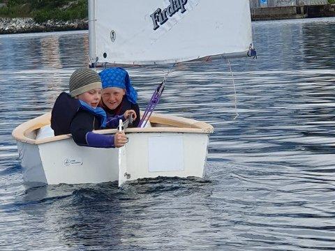I FARTA: Deltakarane på Florø seilforening sin sommarskule får lære seg å segle heilt på eiga hånd.