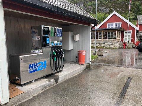 IGLANDSVIK: Stasjonen i Iglandsvik tilbyr fylling både til bilistar og til båtfolket.