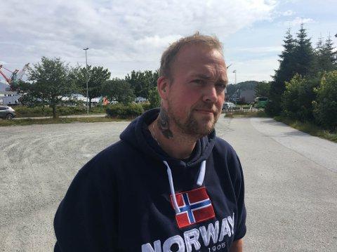 PÅ JAKT ETTER LOKALE: Kim Rudi Bjørnset vil gjere hobbyen med fiskerøyking til næring, og treng godkjende produksjonslokale.