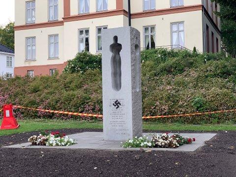 HÆRVERK: Noen har sprayet et hakekors på 22.juli- minnesmerke i minneparken ved Hotel Klubben.