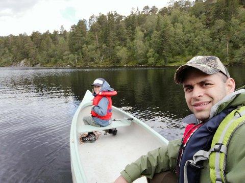 Tore Røys Nesbakk på fisketur med sonen i Myklebustdalen.