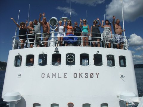 """Her ser vi ein munter gjeng om bord i veteranskipet """"Gamle Oksøy"""""""