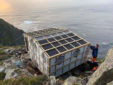 Frå byggearbeidet med Dosabu på fjellet vest mot havet på Frøya.