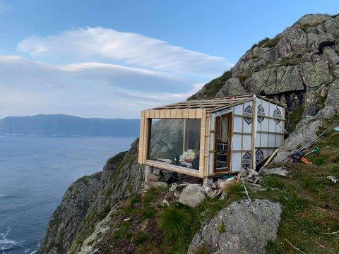 Hytta blir plassert på ein kant mot havet med fantastisk utsikt.