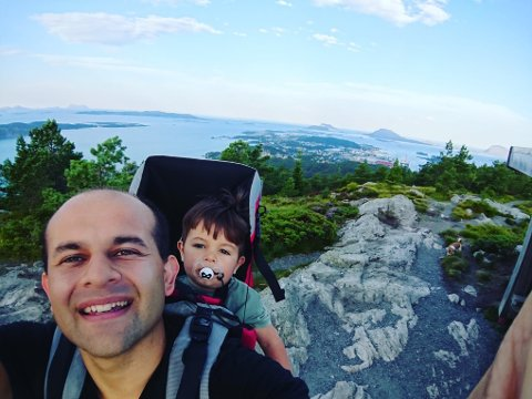 GIRA: Anders Alvaro Nydal (32) på toppen av Brandsøyåsen saman med sonen sin Mateo (2) i fjor sommar. I år skal han gå opp og ned åsen 24 timar i strekk.