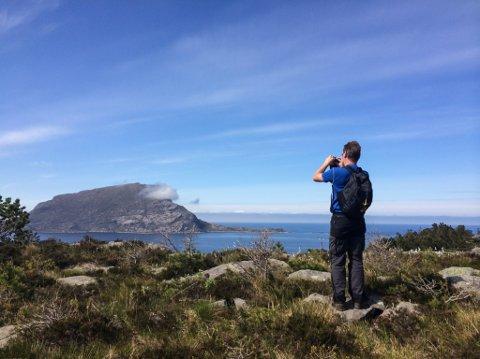 På Hovden kan ein gå ei godt merka Nordsjøløype langs vestsida av øya frå Barekstad, innom Kvanhovden fyr og til Hovdevåg. Kvart år arrangerer grendelaget på øya Hovdendagen i samarbeid med Flora Turlag.
