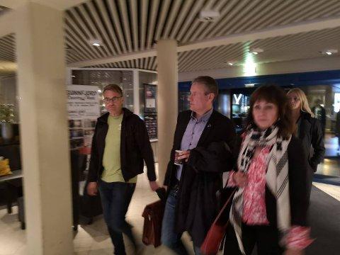 Klokka 23.35 var politikarane ute av forhandlingsrommet og på veg inn på Sunnfjord Hotel.