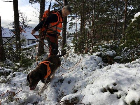 Ettersøksekvipasjen i arbeid. Erling Tore Karstad og Keesha