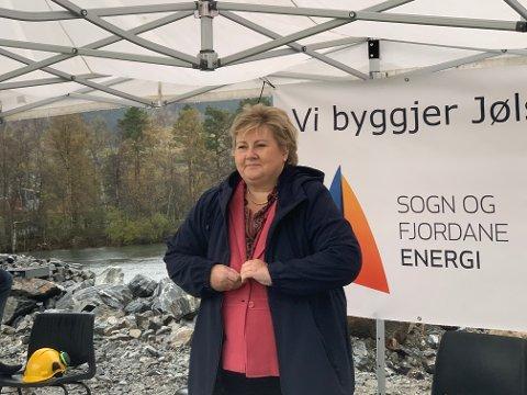 TEK GREP: Erna Solberg rosa den komande vasskraftverket i Jølstra, og følgjer opp med politiske endringar som skal gjere vasskraftutbyggingar meir lønsame.