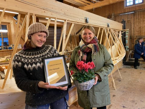 Ella Mørtsell blei både kjempeglad og overraska då ho blei tildelt Kulturminnefondets nasjonale handverksstipend 2020. Hanne Kristin Jakhelln, nestleiar i Kulturminnefondet, delte ut prisen under eit overraskande besøk til stipendmottakaren sin arbeidsplass, Båtbyggern på Kjerringøy.