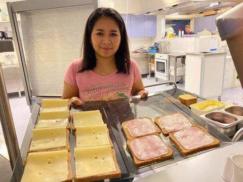 DET ER SERVERT: Onanong Pasanjorn jobbar i kantina på Flora vgs. Kvar morgon serverer ho gratis frukost til dei elevane som vil ha.