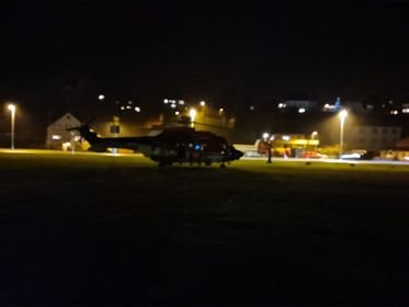 PÅ STADEN: Redningshelikopteret frå Florø er i Svelgen i samband med knivstikkingane måndag ettermiddag.