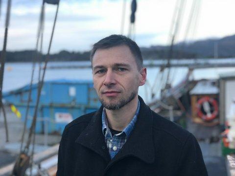 FIKSAREN: Ove Henning Smelvær fiksa nye redingsdrakter til Svanhild, og billegare tur til Shetland med Svanhild for klasse 10E