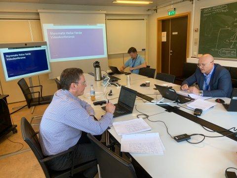 Styremøte i Helse Førde 23. mars 2020. Frå venstre: Arne Skjelten (HR-direktør), Tom Guldhav (dir. kirurgisk klinikk) og Arve Varden.