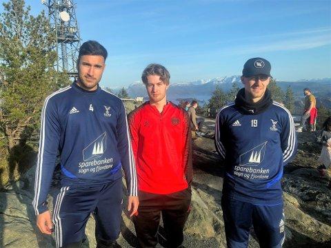 PÅ TOPPEN: F.v. Akim Sairinen (25), Gustav Severinsen (20) og Joni Mäkelä (26) nytta fredagen til å ta seg ein tur på Brandsøyåsen. Det sette dei alle stor pris på.
