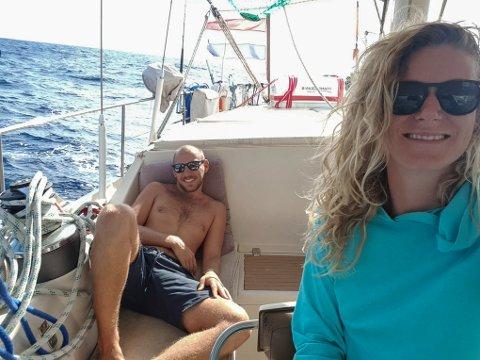 Tina Borge Kvalsvik og kjærasten Nacho trivst på reisefot. Dei har opplevd mykje, både saman og kvar for seg, men seglturen mellom Antigua og Cozumel, Mexico vil nok sitte i minnet ei stund.