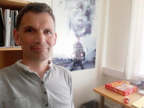 MEIR TAKKSEMD: Seksjonsleiar Tore Hågård på BUP i Sogndal meiner det er for mykje fokus i all slags media på kor travelt det er å ha barn. Han ynskjer å høyra meir takksemd frå foreldre over privilegiet det er.