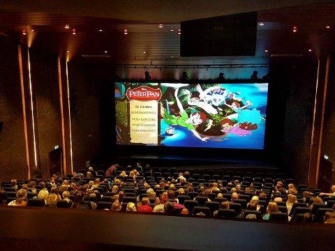 KINO: No kan det bli billegare for barnefamiliar å gå på kino. Her frå ein framsyning i Florø Filmklubb