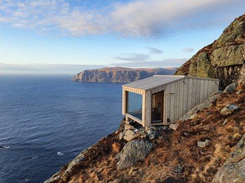 DOSABU: Ytst mot havet, mellom Dosavarden og Muledosa på Frøya, ligg den vesle dagsturhytta Dosabu. Utsikta frå hytta må verkeleg vere blant dei meir spektakulære.