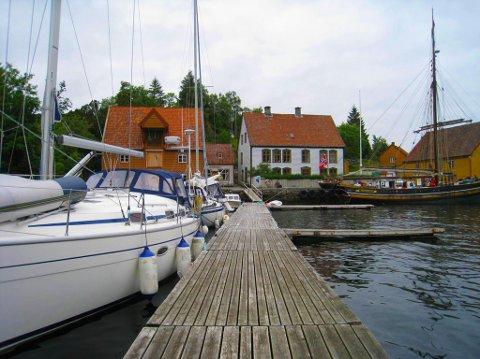 SJØ OG LANDEVEGEN: Rugsund Handelstad kan ta mot gjestar både sjø- og landevegen.