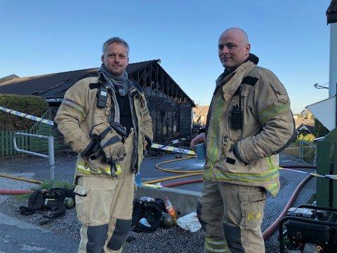 TØFF NATT: Brannmennene Bjarte Nesheim til vestre og Kurt Ask har hatt ei strabasiøs natt i Havrenesvegen. Her er dei akkurat ferdig med sløkkinga av brannen, og klokka er 06.00.