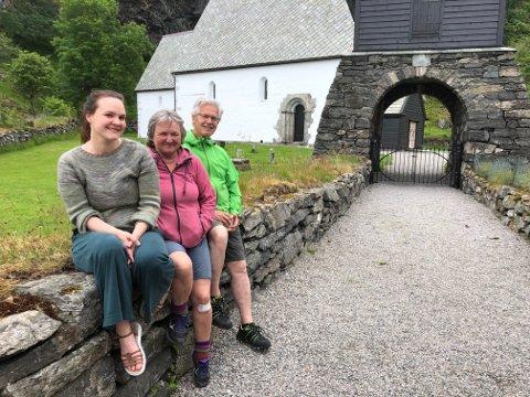 KINNASPELFAMILIEN: Otto Søvig, Agnes Alisøy og dotter deira Oda Alisøy har i alle år delteke på Kinnaspelet denne helga. Sjølv om spelet var avlyst i år, var dei på Kinn til liks med fleire andre i den harde kjernen.