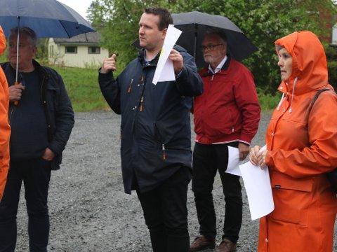 Odd Bovim (MDG), leiar i Plan- og samfunnsutvalet i Kinn kommune, her frå synfaringa på Gartnerihagen 26. mai.