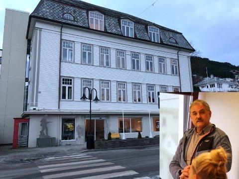 SNUDD SKUTA: Norvall Bakke og styret i stiftinga som driv Måløyraidsenteret har fått skikk på økonomien. Sommarsesongen ser bra ut, seier Bakke.