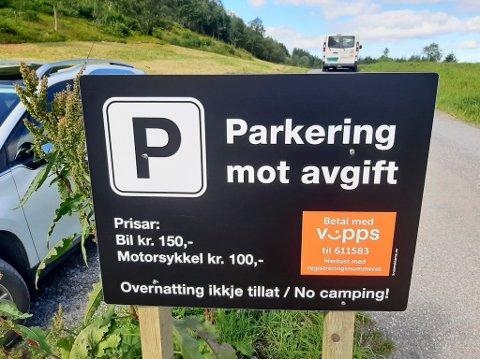 HUNSKÅR: Parkeringsplassen ved Hunskår kapell er opparbeidd av selskapet H1 Eigedom, som også får inntektene. Selskapet er eigd av Knutholmen.