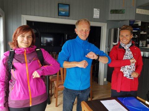 FEKK KORONA-KLEM: Sidsel Kongsvik og Kristin Maurstad gav kvar sin støttande ålboge til butikkdrivar på Tansøy, Magne Svardahl etter kontraktsigneringa med Kinn kommune denne veka.