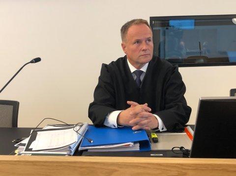 Forsvarsadvokat Ivar Blikra seier det kan bli aktuelt å krevje erstatning for klienten hans, som ei tid var sikta for drap eller medverknad til drap.
