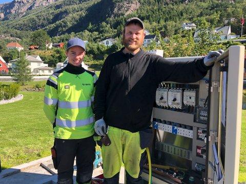 MONTERER: Martin Nes og Vidar Eidså var heldige med vêret under monteringa av framtidas «bensinstasjon» i Svelgen.
