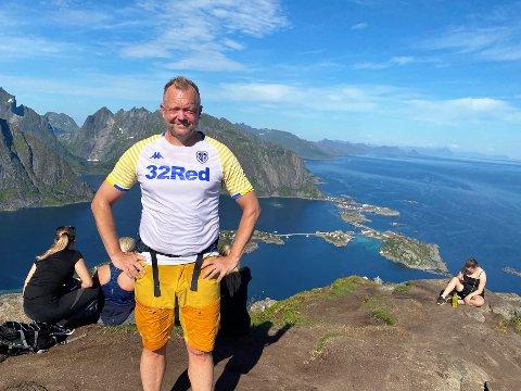 GLER SEG: Når han ikkje kan reise til England å sjå Leeds, så har leiaren i Flora Turlag, Bengt Solheim-Olsen stort sett vore å sjå i den norske fjellheimen. Her med Leeds-drakt på fjellet Reinebringen i Lofoten i førre veke.