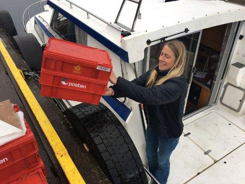 LITT MINDRE: - Det er ein del dagleg post, men vi merkar nedgang på volumet no som sommargjestene har forlate øyane, seier den ferske postkøyraren Linda Kaldestad.