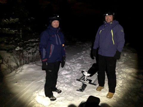 FORMEL 1: Arnt Hellevang t.v. og Tore Hovden er menn kring 40 som elskar fart og spenning. Torsdag stod dei klare på toppen av Brandsøyåsen, med hjelm, sjølvsagt.