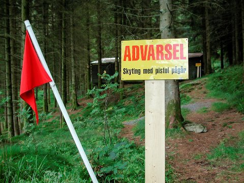 SKYTEBANA VED LIKKJEVATNET: Florø Pistolklubb var sla skyting med skarpt med raudt flagg då dei heldt til her.
