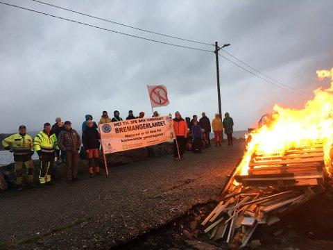 DEN HARDE KJERNE: Om lag 35 personar møtte opp for å markere motstand mot vindkraft torsdag.