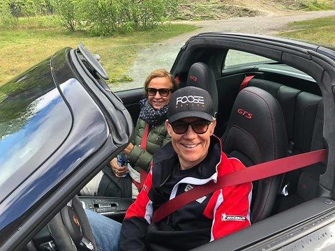 TIL FLORØ: Lars Weckhorst i 911'en sin saman med kona Berit. No gler dei seg til dei skal til Florø 13. juli i år saman med 55 andre sportsbilar.