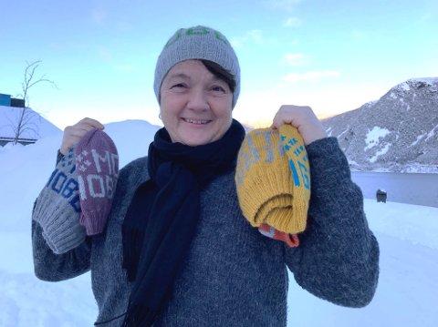 FARGERIK OG VIKTIG: Luene som bremangerordførar Anne Kristin Førde har strikka til førsteklassingane, gjer meir enn å varme øyrene. Dei har også ein bodskap.