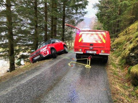 REDDA: Torsdag hamna sjåføren utfor grøfta.Til alt hell gjekk det bra med sjåføren og bilen.