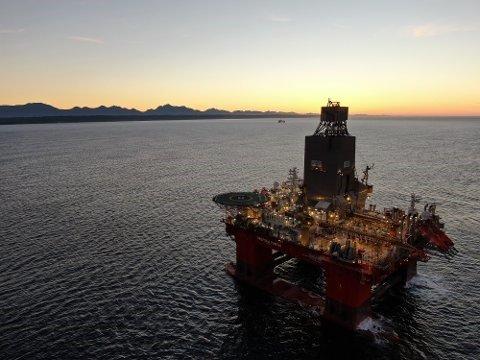 """BORERIGGEN: Denne riggen """"Deepsea Yantai"""" operert av Odfjell drilling har no starta med boring på Dugong-feltet 158 kilometer vest for Florø."""