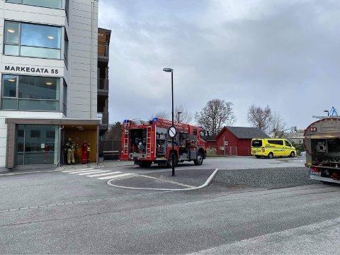 RØYKUTVIKLING: Naudetatane har rykka ut til dette bygget i Markegata.
