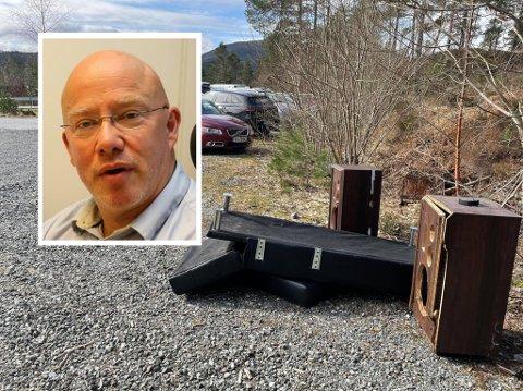 REAGERER: Kommunalsjef i Kinn, Rolf Bjarne Sund reagerer på praksisen med å nytte parkeringsplassar og utkøyringar langs kommunale vegar som avfallsplass. – Folk skal vite vi følger dette opp, seier han.