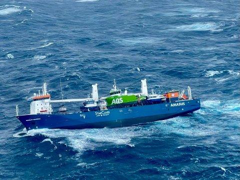 """BLIR BERGA: Det såg ei stund ut til at det hollandske lasteskipet """"Eemslift Hendrika"""" skulle kantre i stormen vest av Ålesund, men no er ein i ferd med å få slep om bord."""