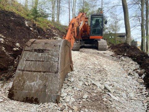 I GANG: No er maskiner på plass og no skal stien mellom Likkjevatnet og kyrkja oppgraderast til turveg.
