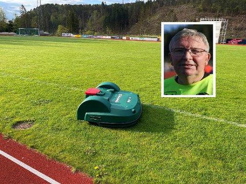 NAMNEBROR: Den nye elektriske rotbot-klipparen på Florø stadion har fått namnet Øystein, etter FSK-nestor Øystein Hjertenes.