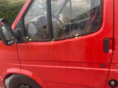 Slik såg russebilen til Sunniva Rundereim-Håre ut etter at ungdom hadde kasta egg mot den.
