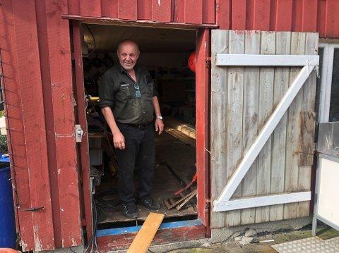 MYKJE EKSTRAJOBB: Steinar Skorpeide rettar ryggen og skal ta fatt på sikre og tette att vindauge og dører. Her er han på basen sin ved båtbyggeriet på Svanøy.