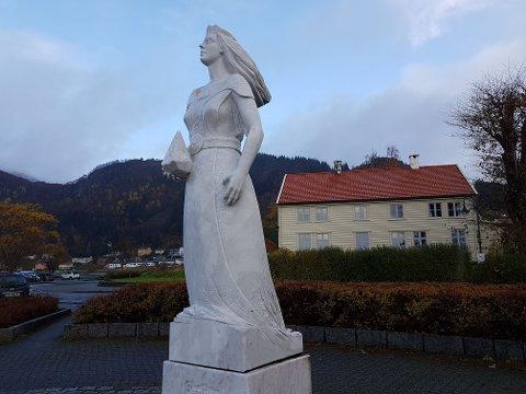 SUNNIVA STATUE: Sakta Sunniva er den einaste kvinnelege helgenen i Noreg og ein av dei tre viktigaste helgenane i landet. I 2013 blei det reist ein statue av henne i Selje. Statuen er laga av bilethoggaren Arne Mæland.